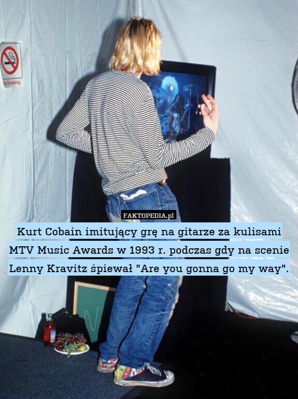 "Kurt Cobain imitujący grę na gitarze za kulisami MTV Music Awards w 1993 – Kurt Cobain imitujący grę na gitarze za kulisami MTV Music Awards w 1993 r. podczas gdy na scenie Lenny Kravitz śpiewał ""Are you gonna go my way""."