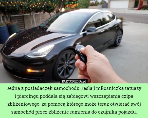 Jedna Z Posiadaczek Samochodu Tesla I Miłośniczka Tatuaży I